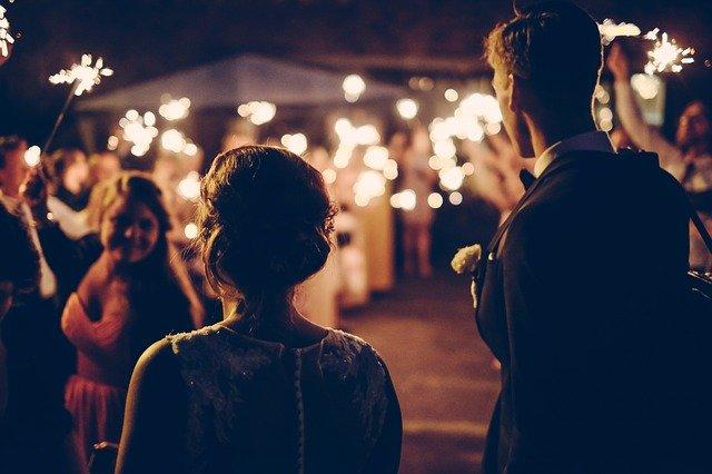 החברים מתחתנים: 4 רעיונות להפתעות שירגשו את הזוג